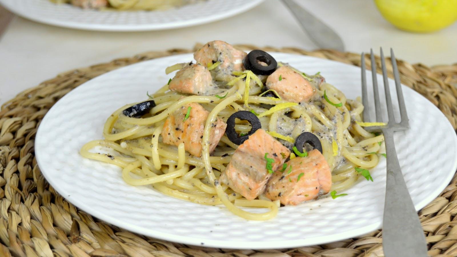 Espaguetis con salmón y olivada