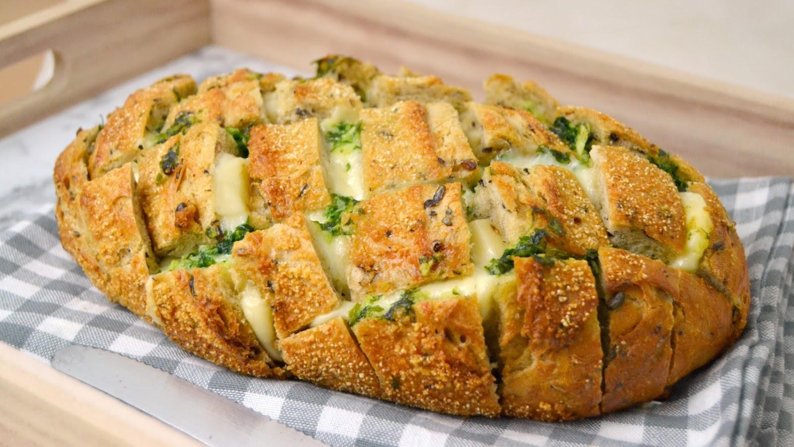 Pan relleno de queso, ajo y perejil ¡Fácil y delicioso!