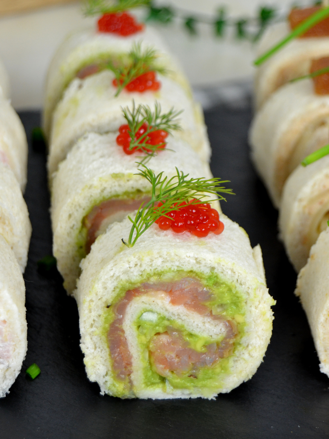 Rollitos de canapés con pan de molde para Navidad ¡4 ideas de aperitivo fáciles!