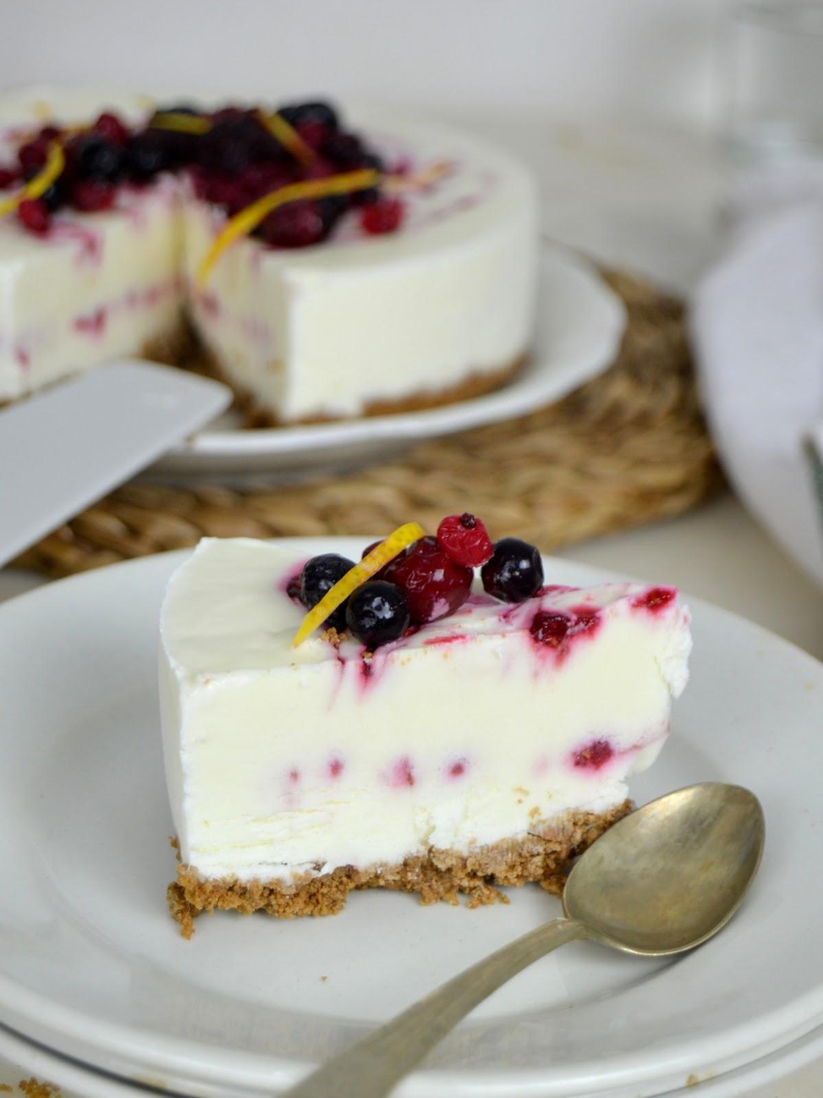 Tarta helada de yogur con frutos rojos